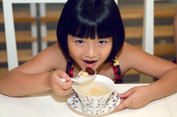Yến chưng đường phèn là món ăn phù hợp với các bé